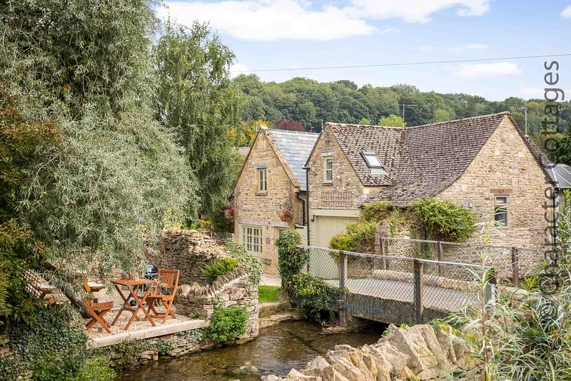 The Old Band Room is a traditional Cotswold stone property, vacation rental in Temple Guiting