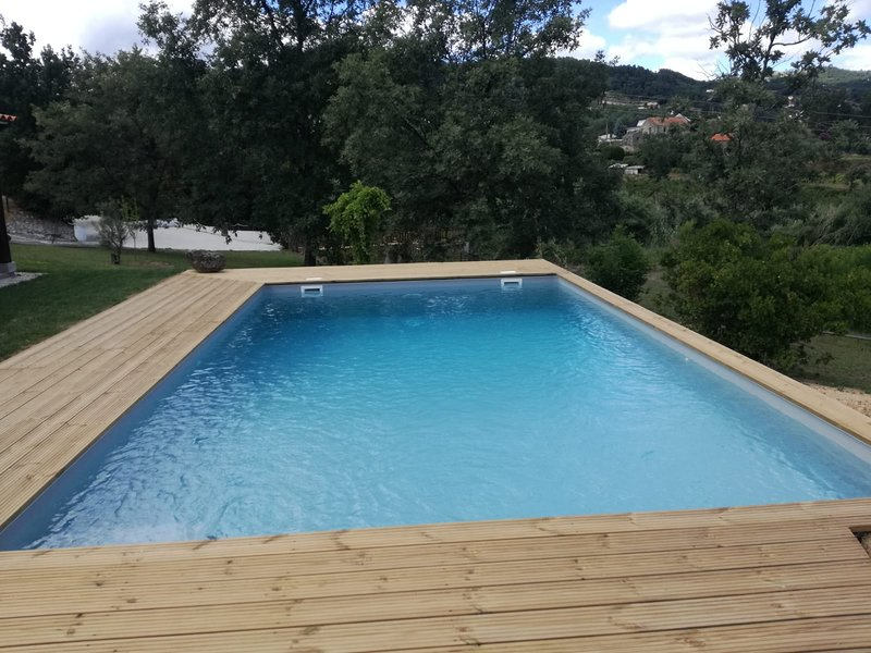 Spacious villa with swimming-pool, location de vacances à Covilha
