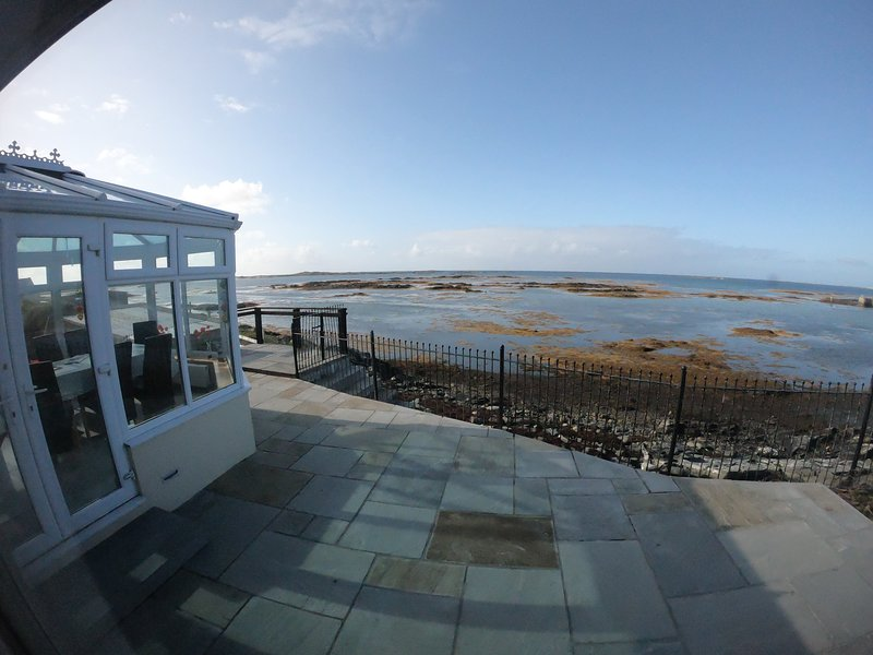 4 Bedroom House On the waters edge - WIFI/TV, vacation rental in Clifden