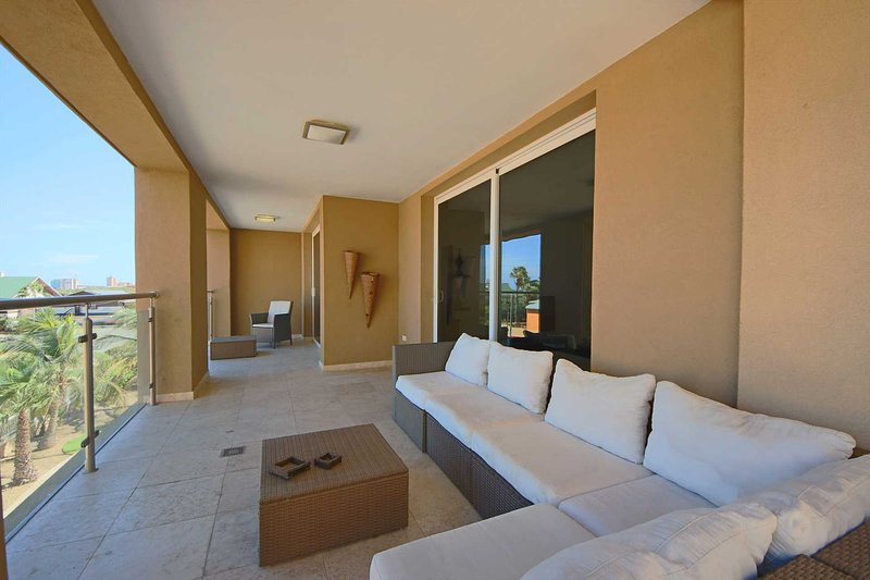 PROMO- Steps from EAGLE BEACH - Oasis Delight 2BR condo - OS18, holiday rental in Palm - Eagle Beach