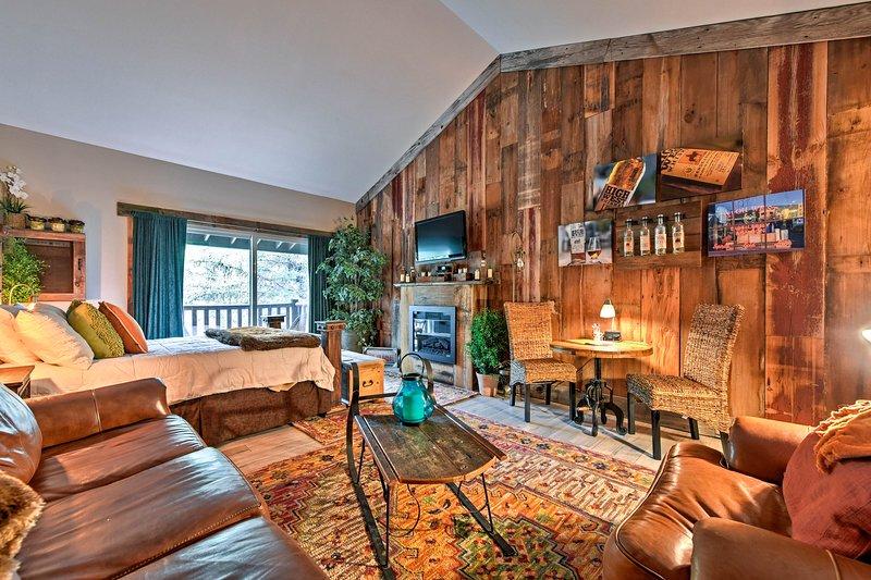 Ce studio condo comprend une disposition ouverte avec un lit queen et un canapé pour 4 personnes.