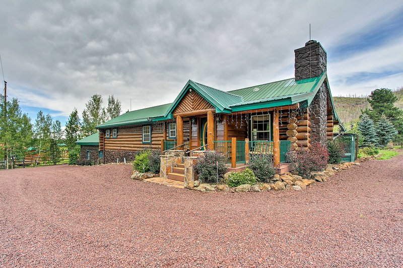 This vacation rental cabin has 3 bedrooms, 2 bathrooms, and sleeps 7!