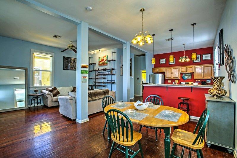 La maison à 2 lits et 2 salles de bains dispose d'un salon / salle à manger à aire ouverte.