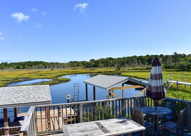 Three bedroom home sleeping 8 on the water's edge of Swan River, vacation rental in South Dennis