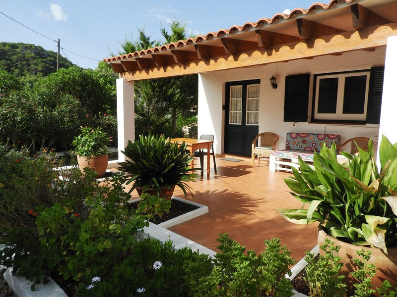 Casa de campo, 2 dormitorios y piscina privada, WiFi gratis, vacation rental in Mercadal