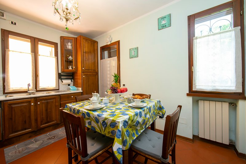 Table for 4 in the kitchen