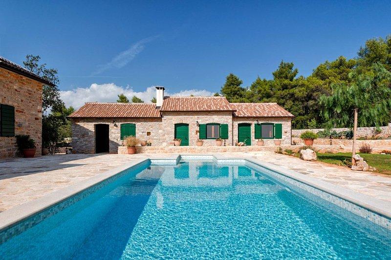 Villa Rustica Hvar – Rustic pool villa in complete privacy, Hvar island, vacation rental in Jelsa