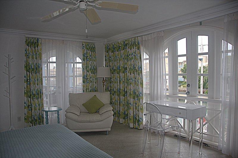 Luchtige slaapkamer met uitzicht op de lagune
