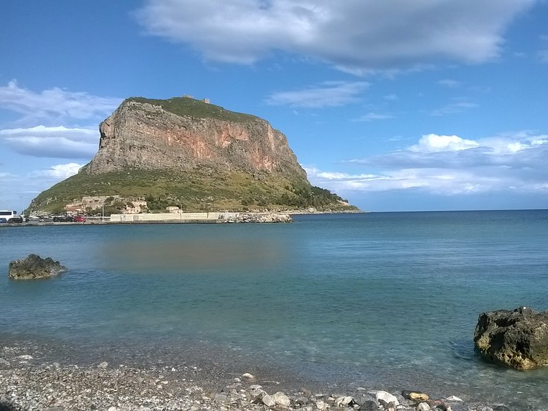 Beachfront Maisonette, location de vacances à Velanidia