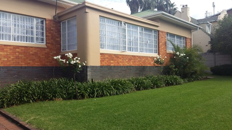 Spacious three bedroomed house that can accommodate upto 12 people., alquiler vacacional en Germiston