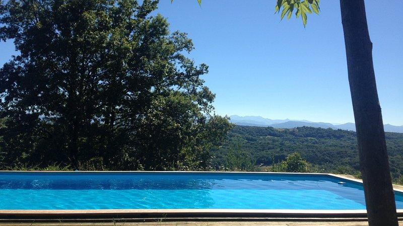 Hermosa piscina compartida climatizada, abierta de mayo a septiembre dependiendo del clima.