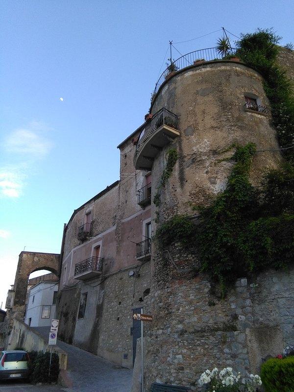Uitzicht op de toren en de middeleeuwse poort