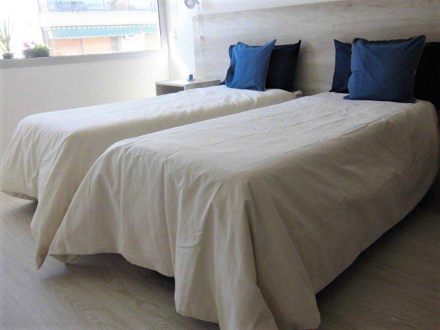 Dos camas individuales de 0,90 x 1,80cm. Monoambiente muy luminoso. Seguridad las 24hs.