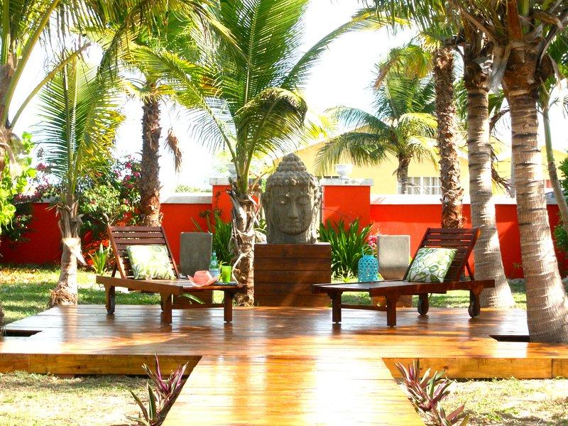 Salon sur le pont sous les palmiers
