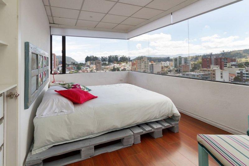 Main bedroom. Queen size bed.