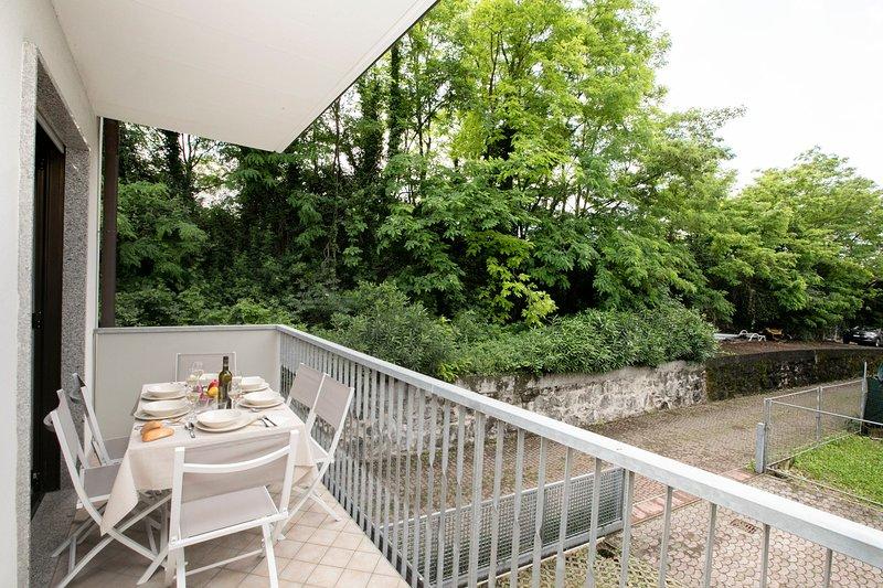Le balcon pour un dîner relaxant ou merveilleux à l'extérieur