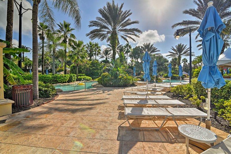 Prenez un bain de soleil sur une chaise longue à côté de l'une des 8 piscines communautaires.