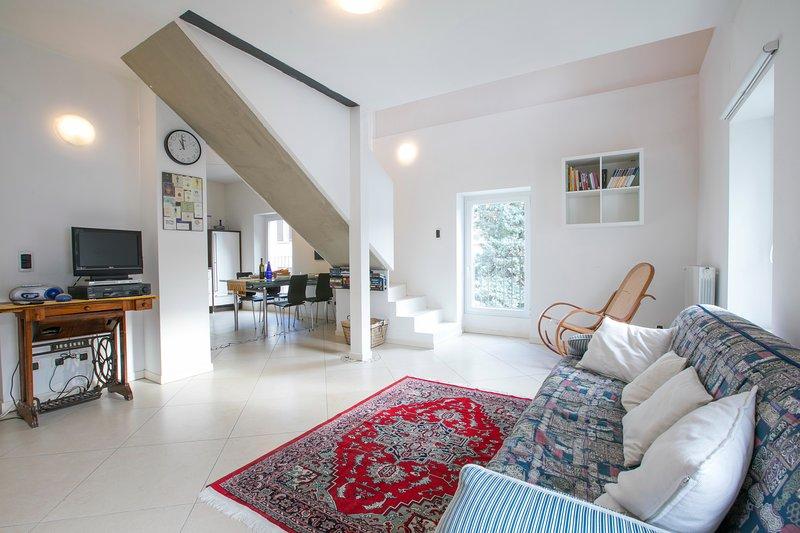 Stilvolles Wohnzimmer mit Schlafsofa