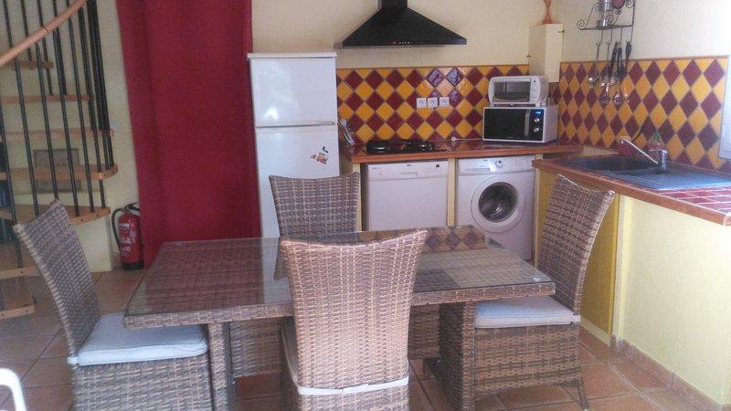 Fully equipped kitchen (oven, microwave, washing machine, dishwasher, fridge, wood fire, ...).