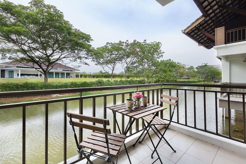 ♛ Modern Bali Cottage w canal, nature & relax ♛ 15mins Drive Legoland Malaysia, location de vacances à Johor