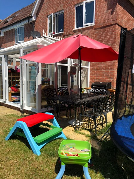 Family home, conservatory & garden, location de vacances à Wisborough Green
