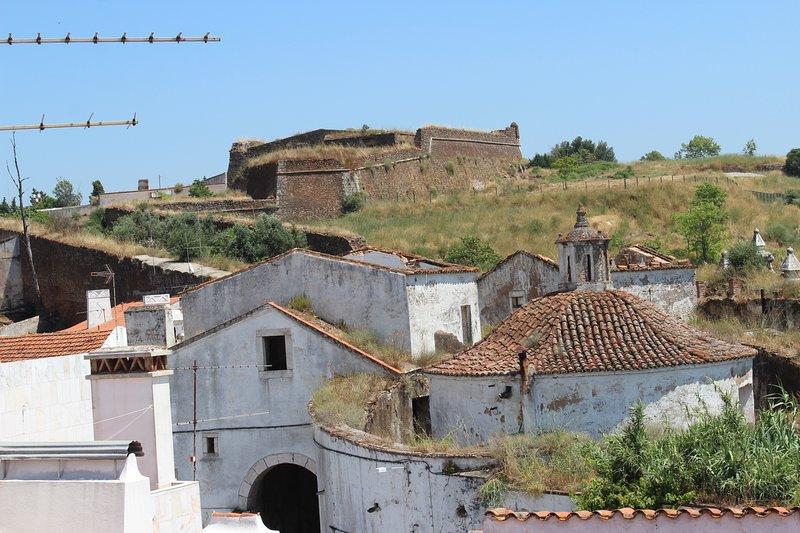 Moradia octogenária, totalmente recuperada, na zona histórica., vacation rental in Rio de Moinhos