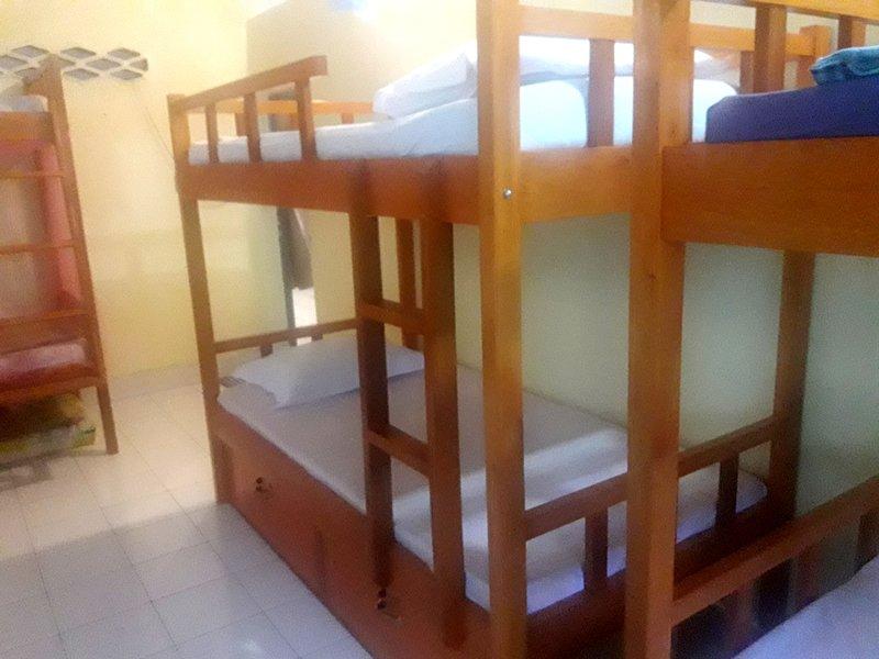 Sala de viajantes, compartilhar com outros hóspedes. Sala de 7 x 3 metros com 3 beliches e 5 colchões de solteiro.