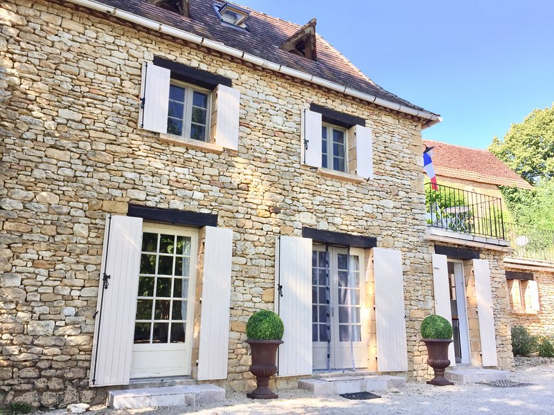 Gîte Le Recoux - Charming Dordogne Holiday Cottage in Central Location, vacation rental in Castels