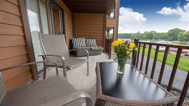 Riverwalk Retreat at Dells Vacay | Cozy Holiday Condo | Walk to Downtown Dells, holiday rental in Oxford