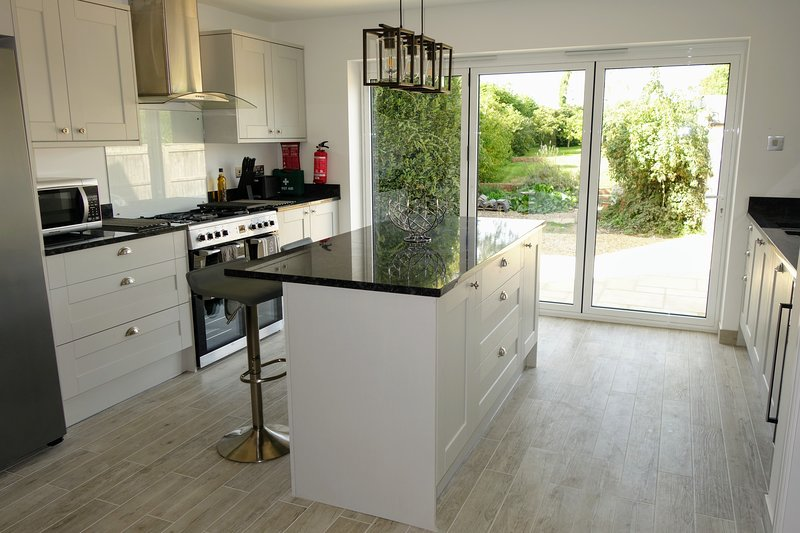 Newly Renovated Period Cottage Close to New Forest with Good-sized Garden, holiday rental in Alderholt