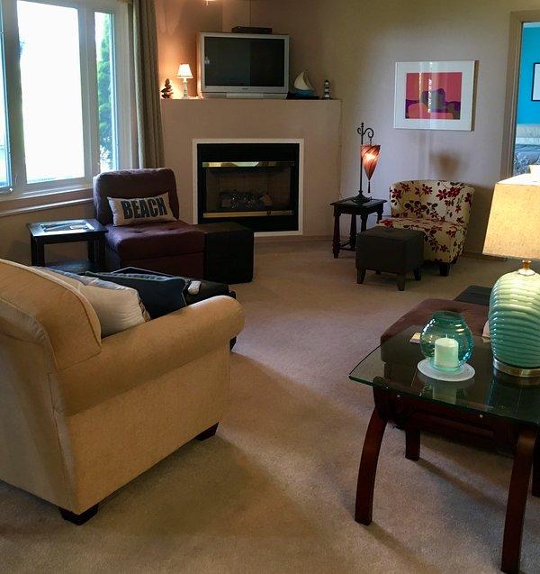 La sala de estar de concepto abierto cuenta con una gran chimenea de gas y TV HD