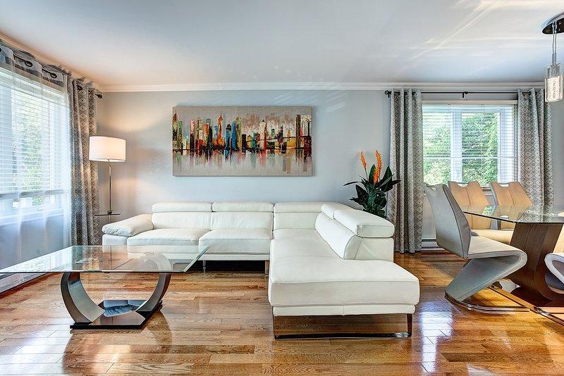 3 BEDROOMS / QUIET STREET / LARGE BACKYARD / POOL, aluguéis de temporada em Repentigny
