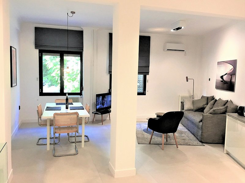 Thissio Serene Suite minutes from Acropolis, holiday rental in Tavros