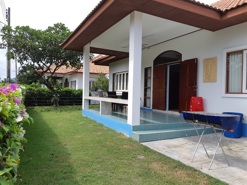 Mae Rampung Beach House VIP2 (with resort pool), vacation rental in Ban Phe
