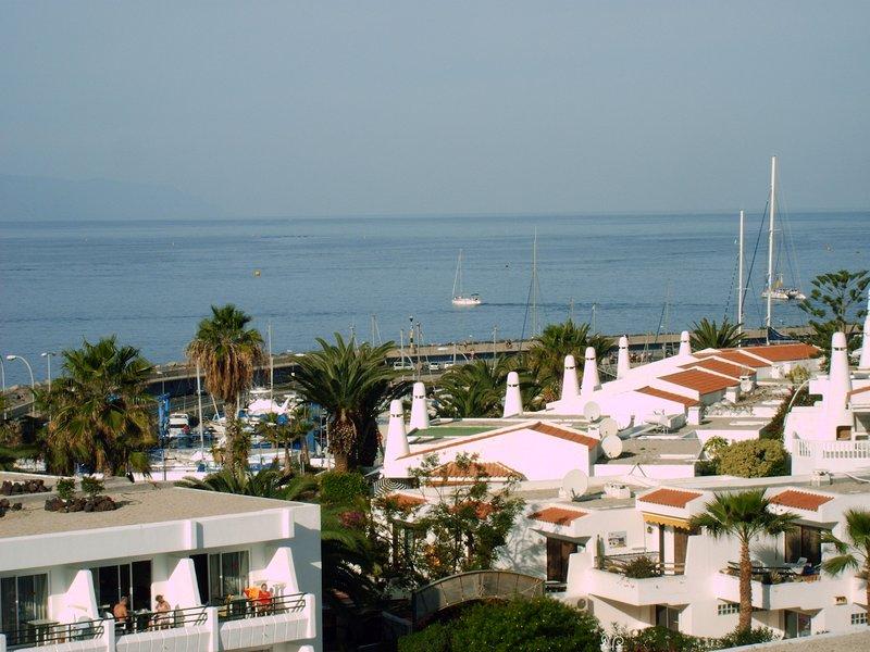 Una vista del porto e dell'oceano dal balcone