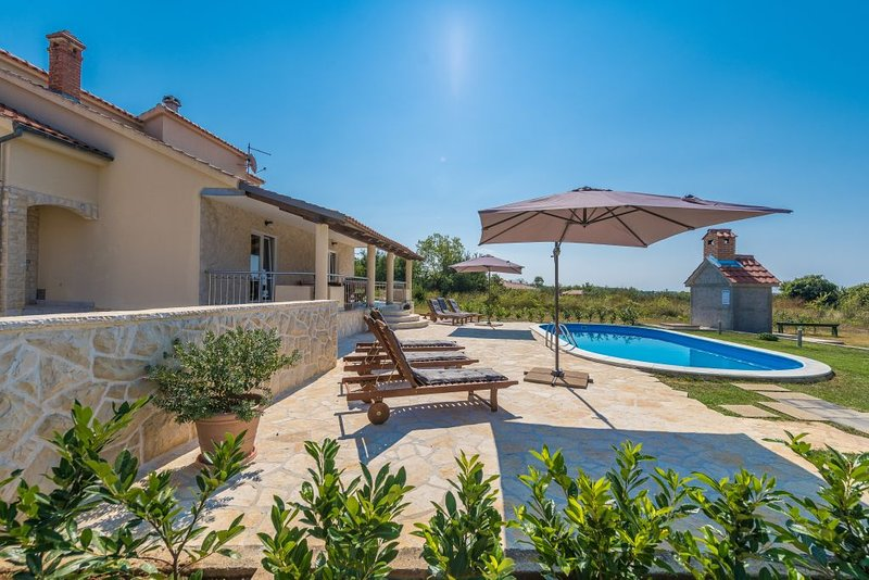 VILLA NATUR WITH POOL, holiday rental in Privlaka