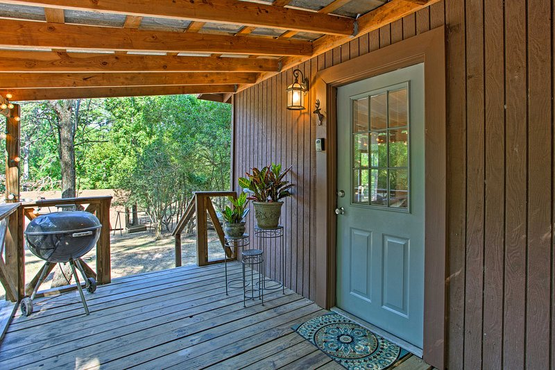 Open-Concept Cabin on Lake O' the Pines with Deck!, holiday rental in Avinger