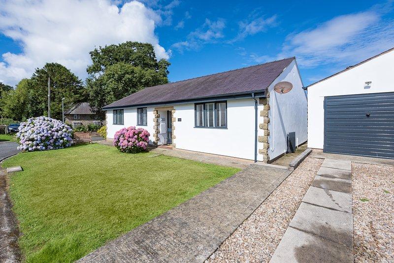 1 Bro Dwylan: Contemporary bungalow located in the seaside village of Tudweiliog, holiday rental in Cylch-Y-Garn
