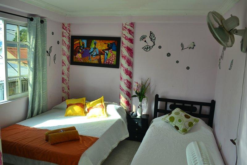 Habitación triple con balcón y ventilador económica y centrada desayuno incluido, casa vacanza a San Luis