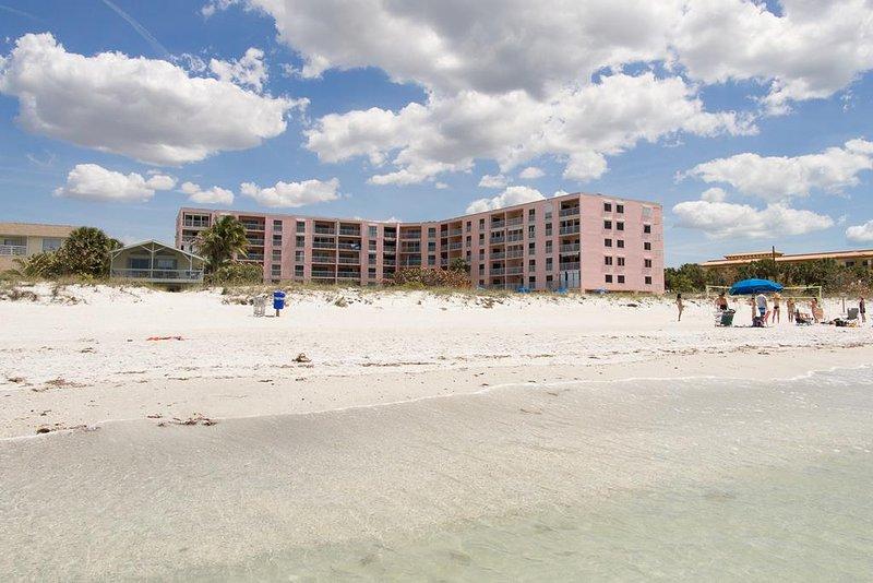 Amplia playa de arena azucarada