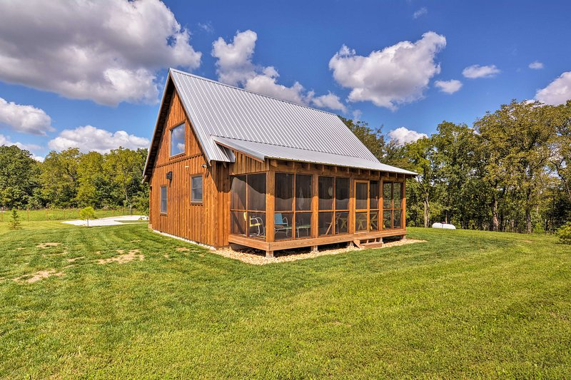 Greenfield Cabin w/ Screened-In Porch & Fire Pit!, holiday rental in Stockton