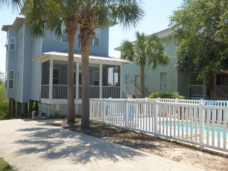 DoctorsOrdersDestin Private Pool, short walk to Private Beach, plenty of parking, holiday rental in Niceville
