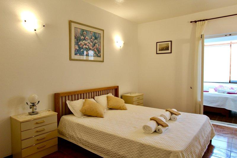 Spacious Apartment, with air conditioning, close to beach, WiFi, alquiler de vacaciones en Areias de Sao Joao