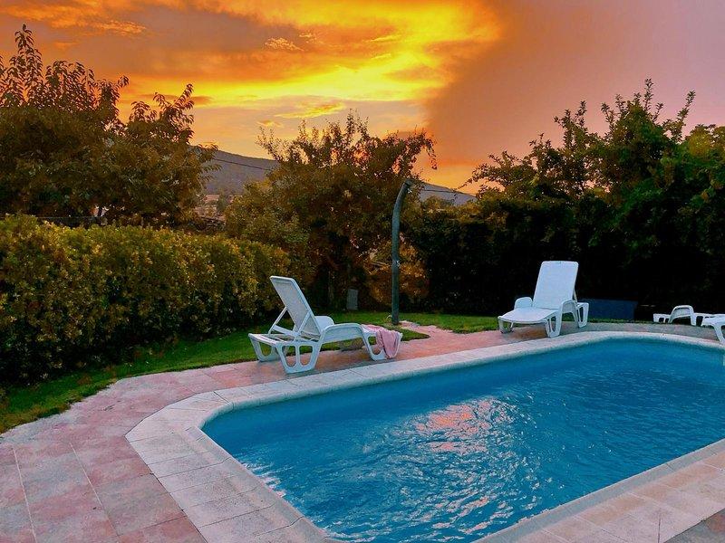 Atardecer en el jardín con piscina privada de la casa rural Casa Salva