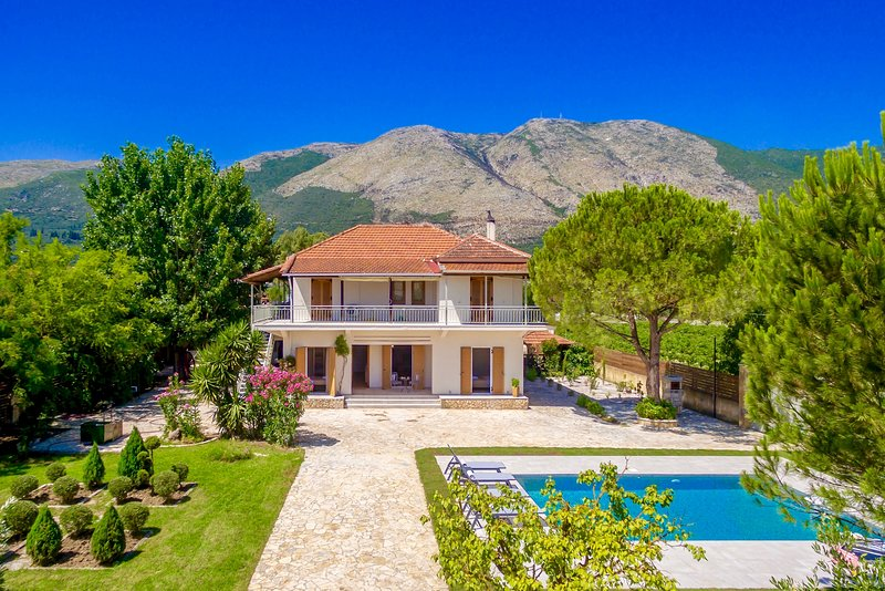 Villa Agricola with private swimming pool, holiday rental in Loucha