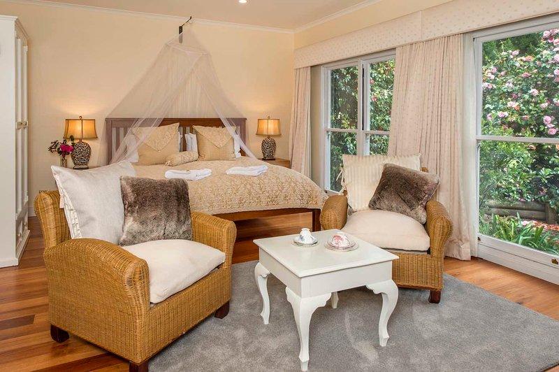 Espaçoso quarto com cama king size e espaço para um berço, se você precisar