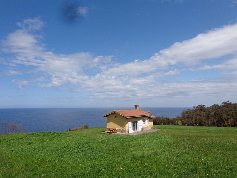 El Acantilado - breathtaking sea views with outside bathtub, holiday rental in Villaviciosa Municipality
