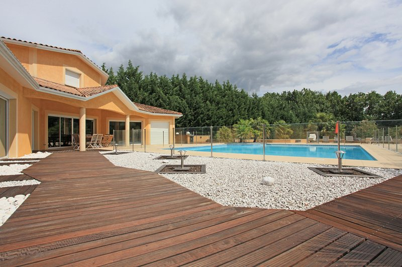 O enorme terraço e piscina