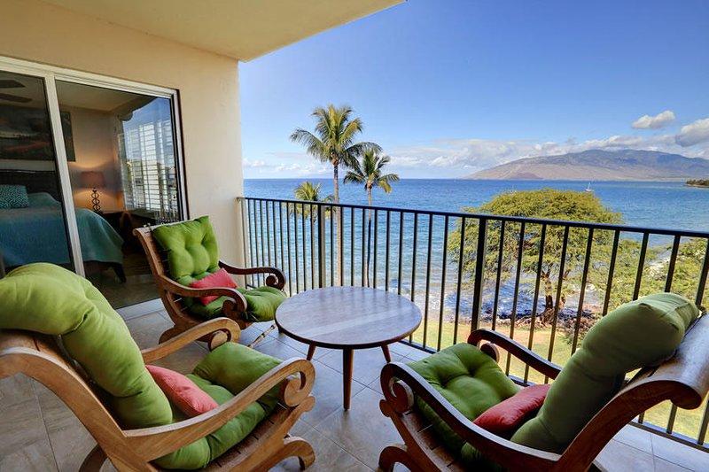 Remodeled Oceanfront Location - Royal Mauian #606 – semesterbostad i Kihei