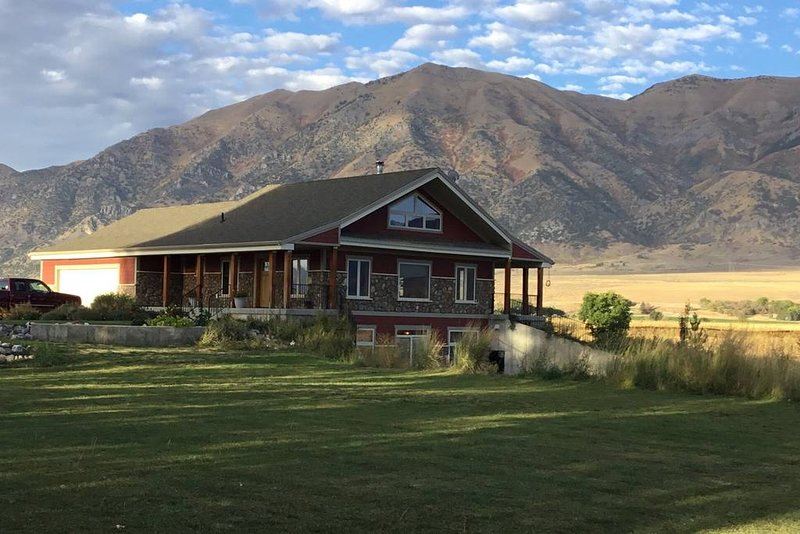 Windy Poplars Cottage (two-level studio near Crystal Hot Springs), holiday rental in Garland